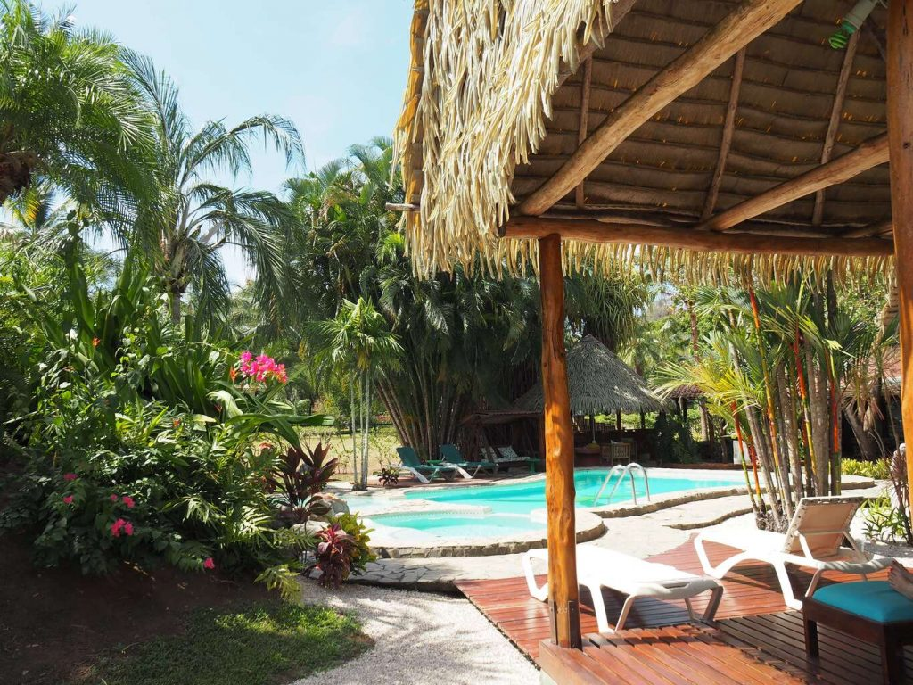 Hôtel-flying-crocodile-costa-rica-swiming-pool- jungle